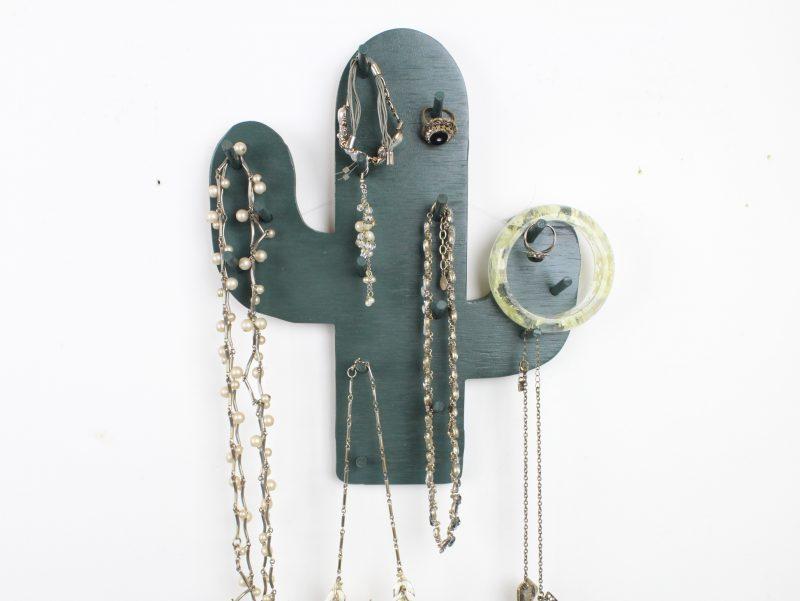 cactus-necklace-holder